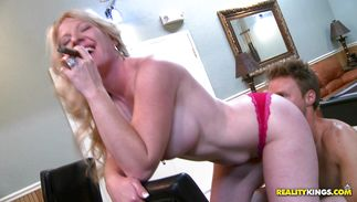 Spicy blond babe Shawnie Austin receives a thorough twat drilling